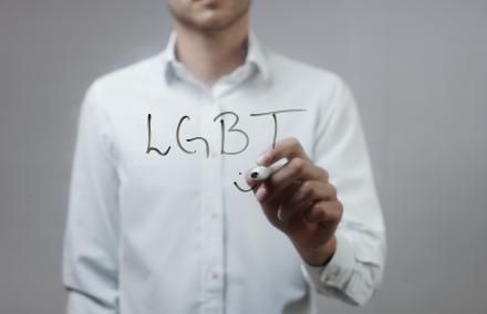 Comportements homophobes au travail : comment réagir ?